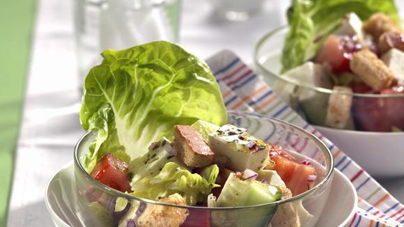 Mediterraner Salat mit Feta, Tomaten und Gurke Rezept