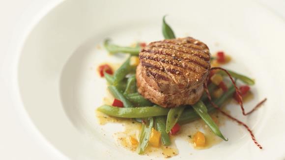 Gegrillte Kalbsmedaillons auf Bohnen-Peperoni-Salat
