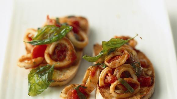 Tomaten-Tintenfischragout auf Ciabatta