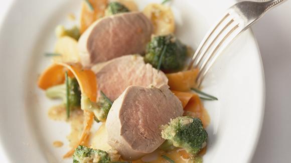 Pochiertes Schweinsfilet mit Gemüse und kleinen Kartoffeln