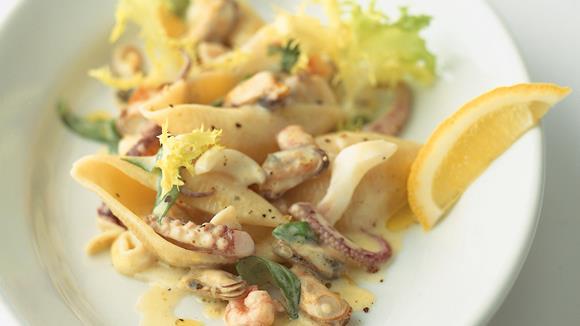 Lauwarmer Meeresfrüchte-Nudel-Salat
