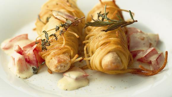 Kaninchenrücken im Spaghettimantel auf Tomaten-Hollandaise