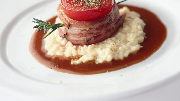 Kalbsmedaillons mit Tomate und Speck auf Parmesanrisotto