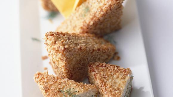 Haferflöckli-Toast mit Tartar von Räucherforelle und Gurke
