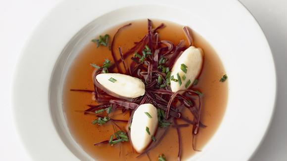 Rindsbouillon mit Rotkabis und Quarkgnocchi Rezept