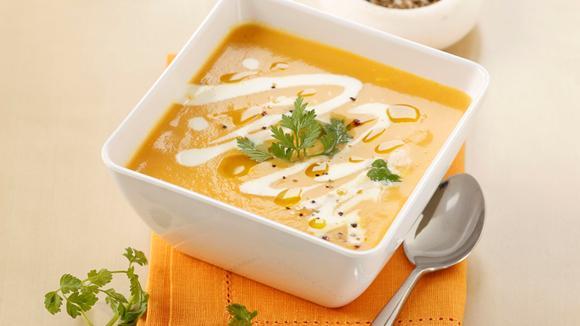 Ingwer-Rüebli-Schaum-Suppe mit frischem Kerbel