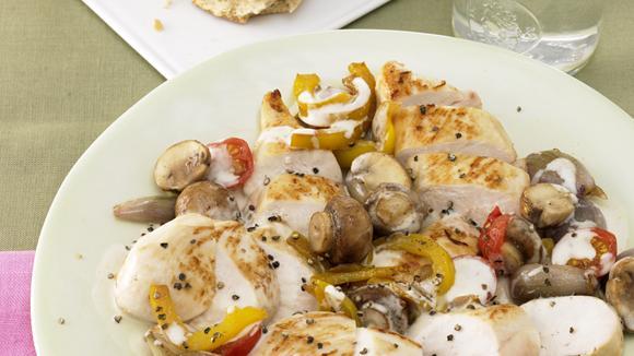 Bunter Poulettopf mit Peperoni und Pilzen