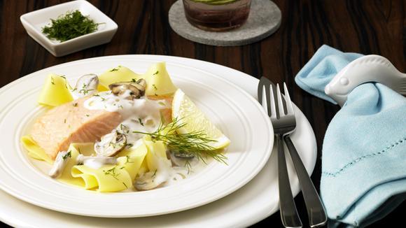 Lachsfilet auf Pappardelle und Pilzcremesauce
