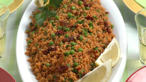 Couscous-Salat mit Erbsli und getrockneten Tomaten