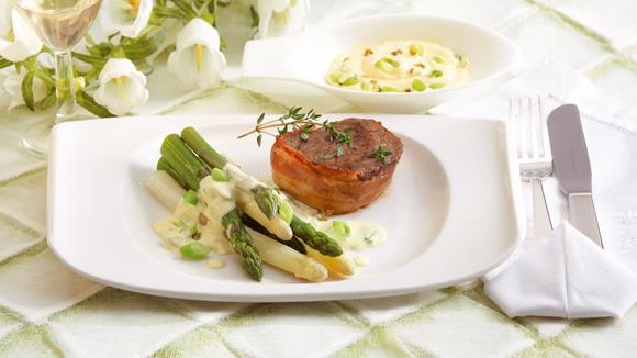 Beef tenderloin medallions with asparagus and green pepper hollandaise recipe