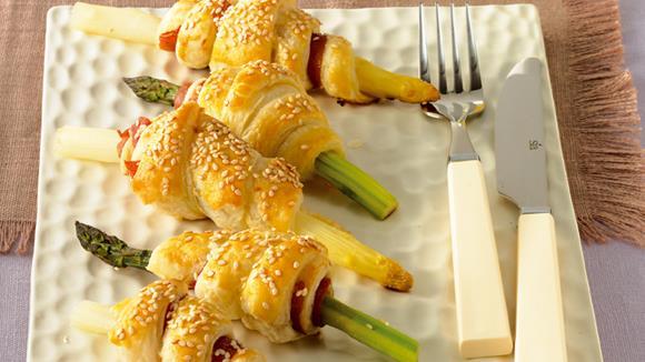 Spargeln-Blätterteig-Röllchen mit Schnittlauch-Chili-Sauce