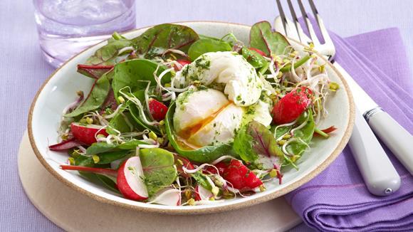 Baby-Salate mit pochierten Eiern