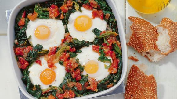 Pikanter Spinat mit Tomate und Ei Rezept