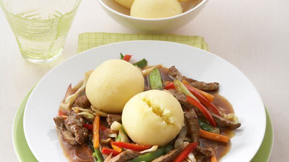 Rindergeschnetzeltes mit Gemüse und Knödeln