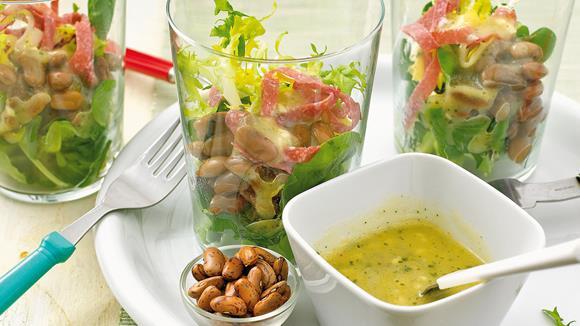 Salat mit Wachtelbohnen und Salamistreifen