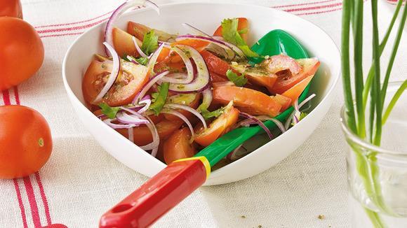 Tomaten-Zwiebel-Salat mit Koriander