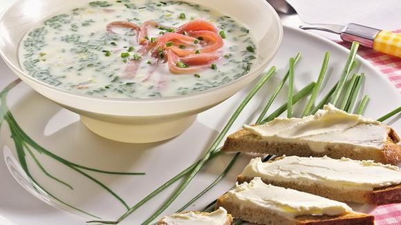 Spargel-Cremesuppe mit Schnittlauch-Röllchen