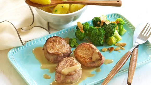 Schweine-Medaillons mit Salzkartoffeln und Broccoli