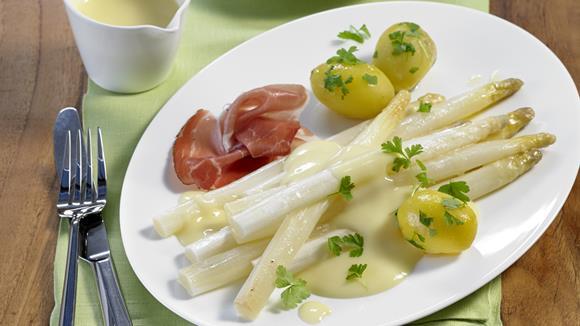 Weißer Spargel aus dem Ofen mit Zitronen-Butter-Sauce, Kerbelkartoffeln und hauchfeinem Schwarzwälder Schinken