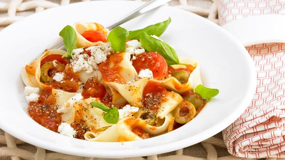 Bandnudeln mit Tomatensauce, Cocktailtomaten und Oliven