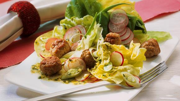 Kopfsalat mit Radieschen und Mettbällchen
