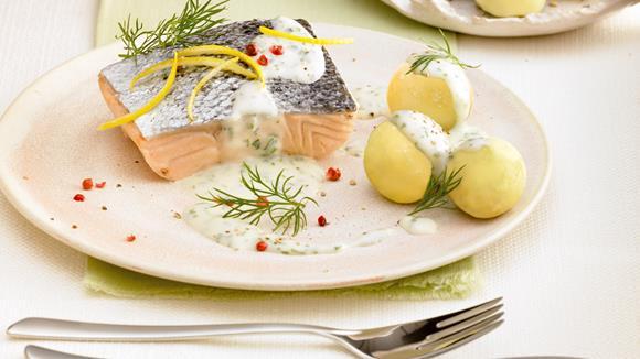 Lachsfilet in Kräuter-Weißweinsoße