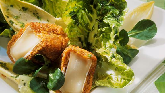 Blattsalat und Käse mit Cornflakes-Kruste