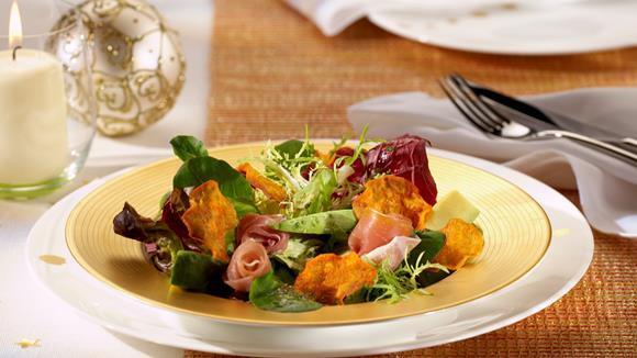 Blattsalat mit Avocado und Süßkartoffel-Chips Rezept