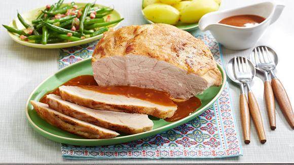 Schweinebraten mit Salzkartoffeln und Bohnen