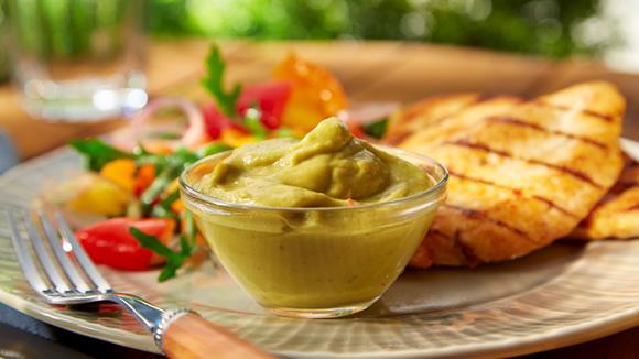 Avocado-Dip mit Hähnchenbrust-Filet und Paprikasalat Rezept