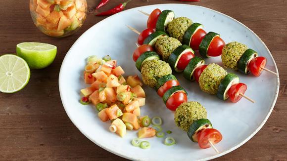 Papaya-Chutney mit Quinoa-Gemüsespießen (vegetarisch)