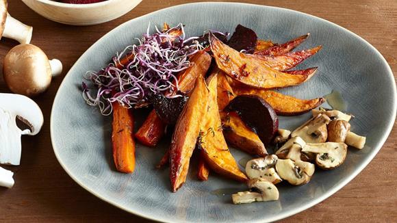 Vegane Süßkartoffel-Wedges mit buntem Gemüse Rezept