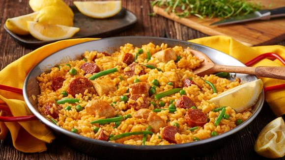 Paella mit grünen Bohnen, Hühnchen und Chorizo