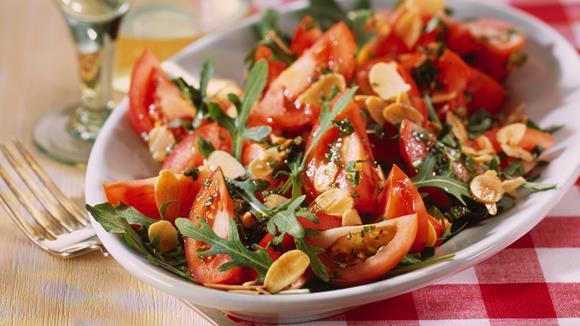 Tomatensalat mit Rucola und Mandelblättchen