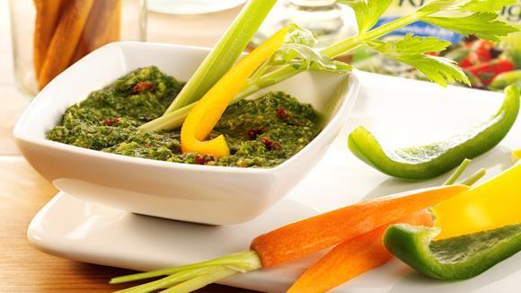 Pesto mit Gemüsesticks