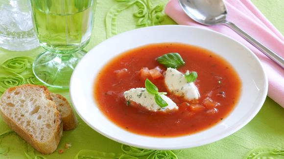 Tomatensuppe mit Käseklößchen