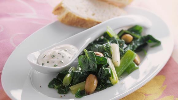 Spinat mit Röstmandeln und Joghurt-Knoblauch-Sauce