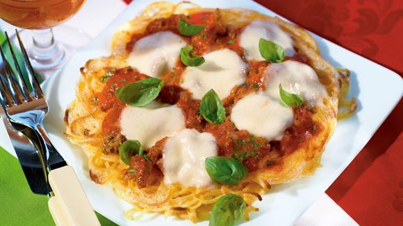 Bolognese-Pasta-Pizza mit Basilikum