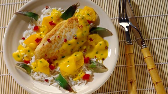 Hähnchenbrustfilets mit Ananas-Curry-Sauce
