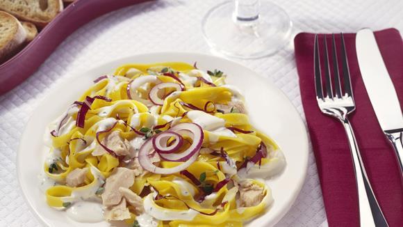 Tagliatelle-Salat mit Thunfisch und Zwiebeln