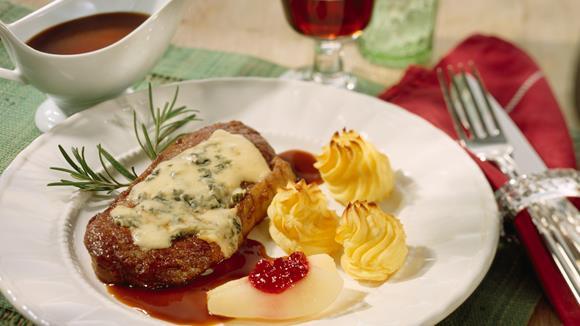 Rumpsteak mit geschmolzenem Roquefort in Rotweinsauce
