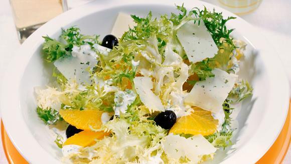Frisée-Orangen-Salat mit Käse