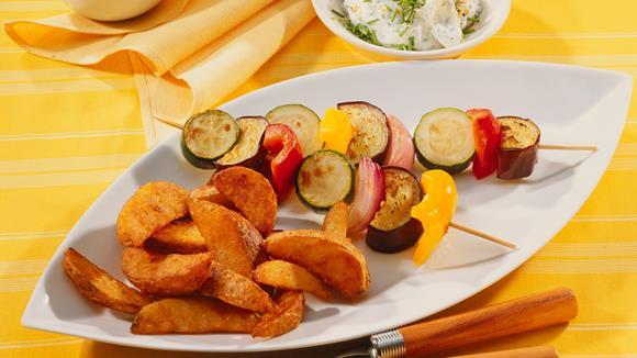 Kartoffelspalten mit Gemüsespießen und Dip Rezept