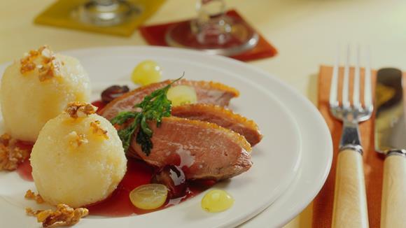 Entenbrust mit Trauben-Cassis-Sauce zu Knödeln mit karamellisierten Walnüssen Rezept