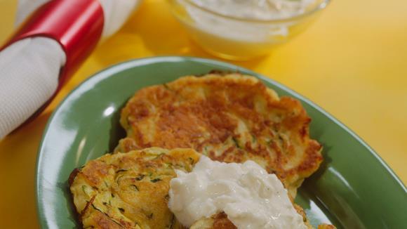 Kartoffel-Zucchini-Pfannküchlein mit Schafskäse-Dip