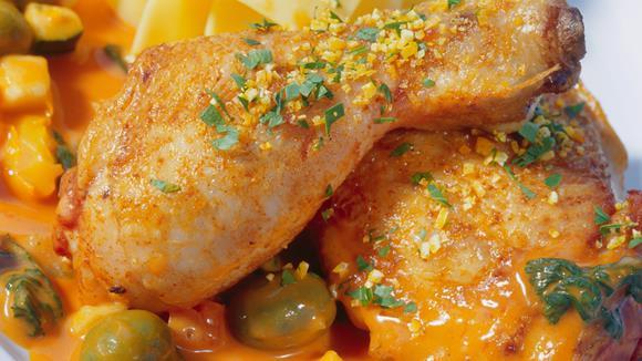 Geschmorte Hähnchenkeulen mit Oliven