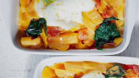 Pasta mit Pesto-Mozzarella-Haube