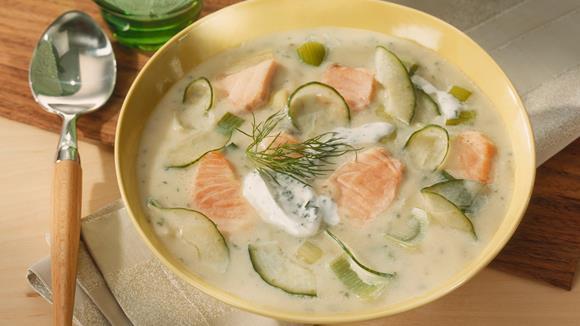 Lauchcreme Suppe mit Lachs und Gurke