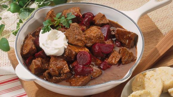 Rindergulasch mit Rote Bete und Crème fraîche Rezept