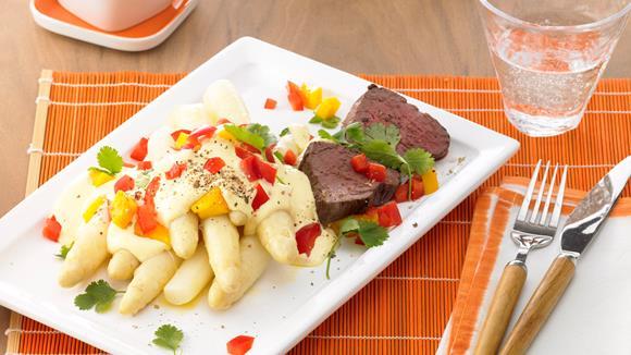"""Spargel """"asiatisch"""" mit Mango-Paprika-Sauce und Rinderfilet"""
